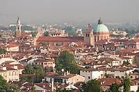 VICENZA, VEDUTA DEL CENTRO STORICO E IL DUOMO, VENETO, ITALIA