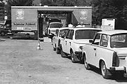 Duitsland, Wemar, 1-7-1990De ADAC is met een mobiele meetwagen naar de DDR gegaan om daar motoren van de Trabant en Wartburg af te stellen . Dit waren zeer vervuilende autos die in Oost-Duitalsnd gemaakt werden.Foto: Flip Franssen/Hollandse Hoogte