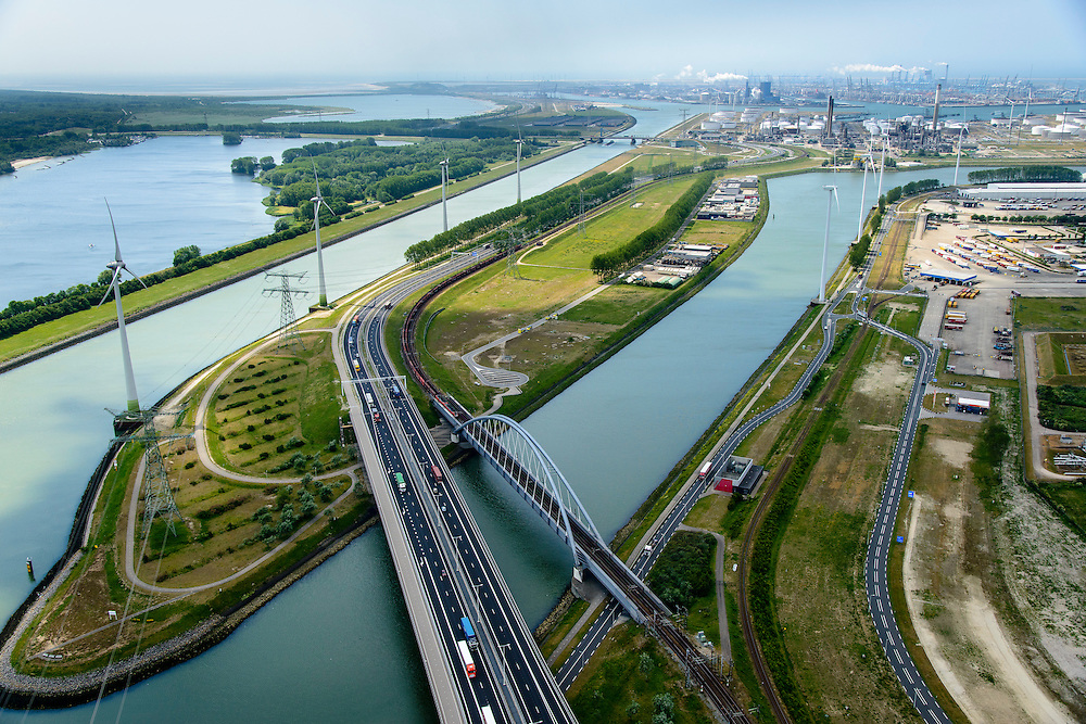 Nederland, Zuid-Holland, Rotterdam, 10-06-2015; Europoort, Dintelhavenbruggen over Hartelkanaal en Dintelhaven. Betuweroute en A15, op de spoorbrug een goederentrein. Rechts Shell Europoort terminal, Beneluxhaven met P&O terminal, BP Rafiinaderij en Maasvlakte aan de horizon.<br /> Industrial landscape in Port of Rotterdam with bridges, roads, railroads.<br /> <br /> luchtfoto (toeslag op standard tarieven);<br /> aerial photo (additional fee required);<br /> copyright foto/photo Siebe Swart