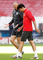 Atletico de Madrid's Diego Costa have words with the physical trainer during training session previous to the UEFA Champions League 2013/2014 Final match.May 23,2014. (ALTERPHOTOS/Acero)