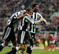 Fotball<br /> England 2004/2005<br /> Foto: SBI/Digitalsport<br /> NORWAY ONLY<br /> <br /> Newcastle United v Charlton Athletic, Barclays Premiership, 05/02/2005.<br /> <br /> Newcastle's Kieron Dyer (C) celebrates his goal with Celestine Babayaro