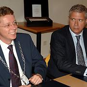 NLD/Huizen/20061103 - Ondertekening Horecaconvenant Graaf Wichman Huizen tussen bewoners, politie, Openbaar ministerie en winkeliers, rechts Officier van Justitie Bijlsma