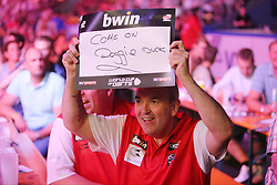 13.06.2015, Eissporthalle, Frankfurt, GER, Darts World Cup of Nations 2015, Frankfurt, im Bild Phil Taylor (England), Spitzname : The Power, feuert per Plakat seinen Teamkollegen Adrian Lewis (England) an: Come on Doggie Duck // during the Darts World Cup of Nations 2015 at the Eissporthalle in Frankfurt, Germany on 2015/06/13. EXPA Pictures © 2015, PhotoCredit: EXPA/ Eibner-Pressefoto/ Roskaritz<br /> <br /> *****ATTENTION - OUT of GER*****