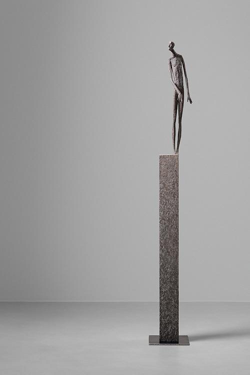 © Gerald Moroder sculptor, Lo scettico, 2021, impasto di porfido, 179cmsabbie varie, 2021
