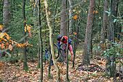 Nederland, Berg en Dal, 1-11-2020 Een mountainbiker probeert zijn kapotte fiets te repareren langs een mountainbikeroute in de bossen van Berg en Dal . Deze route is onlangs aangelegd en opengesteld voor bikers en wordt intensief gebruikt . Veel wandelaars in dit bos storen zich aan deze fietsers .Foto: ANP/ Hollandse Hoogte/ Flip Franssen