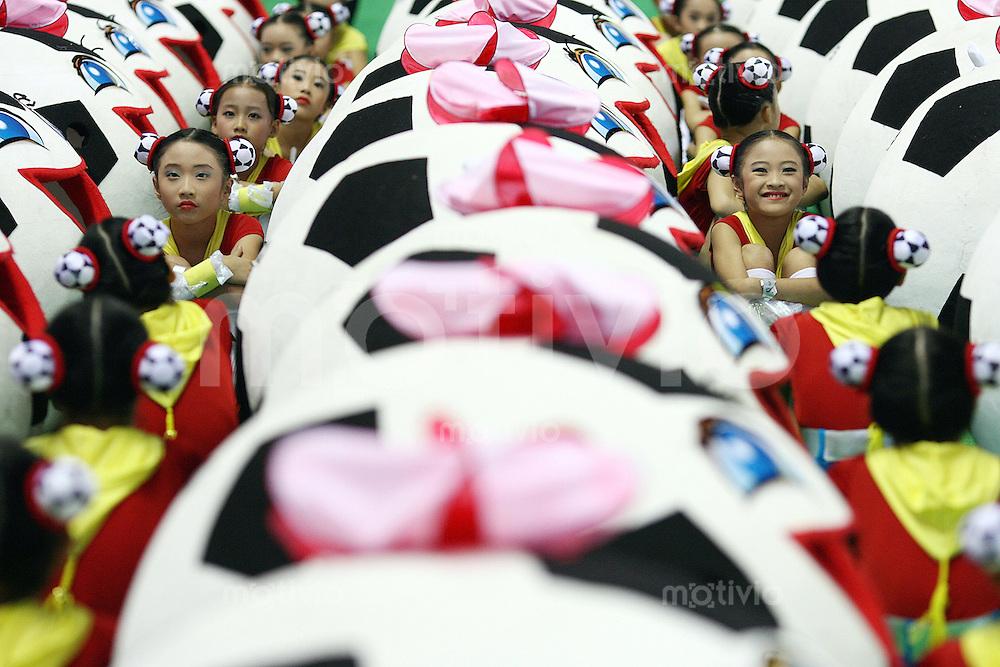Fussball   International  5. FIFA Frauen Weltmeisterschaft in China    Eroeffnungsspiel Deutschland - Argentinien Germany vs. Argentina Kinder sitzen zwischen ihren Fussballkostuemen und warten auf den Beginn der Eroeffnungsfeier der 5. FIFA Frauen Fussball Weltmeisterschaft.