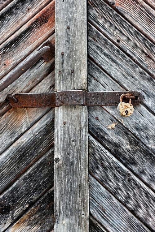 Noorwegen Gol 28 december 2008 20081228 Foto: David Rozing .Stilleven van slot op oud houten hutje met verweerd hout .Wintertime, still of lock on old wooden cottage .Foto: David Rozing