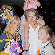 NLD/Den Haag/20110731 - Premiere musical Alice in Wonderland met K3, Emile Ratelband met dochter Beau en partner Moon van Buuren