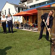 Hilversum Herenstraat tussen nr. 9 + 23 wethouder Ed Reijn opent schone grond terrein met planten van bloemen
