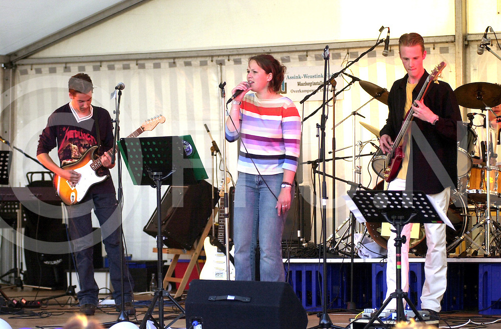 fotografie frank uijlenbroek©2001 michiel van de velde.010630 raalte ned.muziekestafette rond en in de plaskerk .op de foto bands van het carmel college