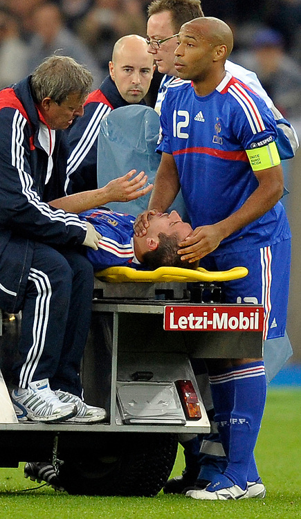 Thierry Henry (FRA) troestet den verletzten Franck Ribery (FRA) © Valeriano Di Domenico/EQ Images