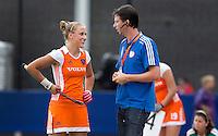 DEN BOSCH -  Bondscoach Raoul Ehren met Liek van Wijk,  tijdens de wedstrijd tussen de vrouwen van Jong Oranje  en Jong Wit-Rusland (15-0), tijdens het Europees Kampioenschap Hockey -21. ANP KOEN SUYK