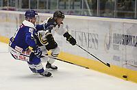 Ishockey , 15. september 2016 , Eliteserien , Get-ligaen , Stavanger Oilers - Sparta<br />Scott Macaulay of Stavanger Oilers in action v Eirik Børresen Sparta. Foto: Andrew Halseid Budd , Digitalsport