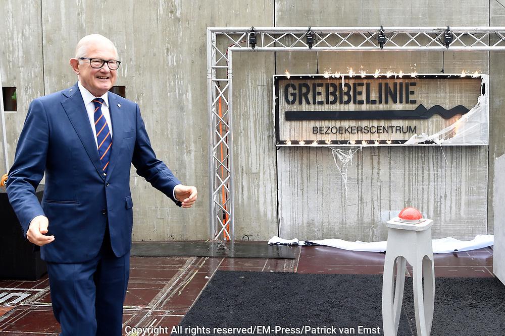 Prof. Mr. Pieter van Vollenhoven opent Grebbelinie bezoekerscentrum in Renswoude.<br /> <br /> Prof. Mr. Pieter van Vollenhoven opens Grebbelinie visitor center in Renswoude.<br /> <br /> Op de foto / On the photo: <br /> <br />  Officiele opening door Prof. Mr. Pieter van Vollenhoven