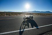Liz McTernan met haar handbike Red Lighting. In Battle Mountain (Nevada) wordt ieder jaar de World Human Powered Speed Challenge gehouden. Tijdens deze wedstrijd wordt geprobeerd zo hard mogelijk te fietsen op pure menskracht. Ze halen snelheden tot 133 km/h. De deelnemers bestaan zowel uit teams van universiteiten als uit hobbyisten. Met de gestroomlijnde fietsen willen ze laten zien wat mogelijk is met menskracht. De speciale ligfietsen kunnen gezien worden als de Formule 1 van het fietsen. De kennis die wordt opgedaan wordt ook gebruikt om duurzaam vervoer verder te ontwikkelen.<br /> <br /> Liz McTernan with her handbike Red Lighting. In Battle Mountain (Nevada) each year the World Human Powered Speed Challenge is held. During this race they try to ride on pure manpower as hard as possible. Speeds up to 133 km/h are reached. The participants consist of both teams from universities and from hobbyists. With the sleek bikes they want to show what is possible with human power. The special recumbent bicycles can be seen as the Formula 1 of the bicycle. The knowledge gained is also used to develop sustainable transport.