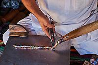 Inde, état du Rajasthan, Abhaneri, artisan fabriquant des bracelets // India, Rajasthan, Abhaneri, craftman making bangle