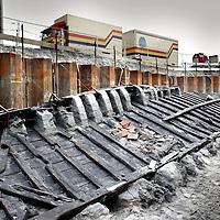 Nederland. Woerden.20 oktober 2003..Restanten Romeins schip op Nieuwe Markt blootgelegd. Archeologie. Opgraving.