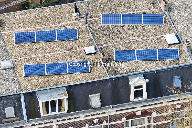 Nederland, The Netherlands, Nijmegen, 1-4-2016Op het dak van twee oude huizen, herenhuizen, liggen een stel zonnepanelen zonlicht om te zetten naar elektriciteit voor gebruik in het huishouden.FOTO: FLIP FRANSSEN/ HH