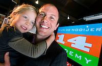 BLOEMENDAAL - Hockeyinternational Teun de Nooijer woensdag met zijn dochter Lilli tijdens de presentatie op de hockeyclub Bloemendaal van de Teun de Nooijer Academy. De Nooijer richt zich met zijn nieuwe bedrijf op het begeleiden van talentvolle jonge hockeyers en het delen van zijn topsportervaringen met belangstellenden in het bedrijfsleven. ANP PHOTO KOEN SUYK