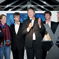 Nederland, Haarlem , 22 december 2014.<br /> relatieevenement van Spaarneziekenhuis en Kennemr gasthuis.<br />  De gasten zijn relaties van de raad van bestuur en vrienden van het ziekenhuis. We veilen mooie stukken voor het goede doel.<br /> · De veilingmeester John Nederstigt<br /> · De veilingstukken <br /> · Actiefoto van de veiling<br /> · Bekendmaking van het totaalbedrag op een grote cheque<br /> Foto:Jean-Pierre Jans