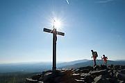 Gipfelkreuz auf dem Lusen, Wanderer, Blockmeer, Felsenmeer, Nationalpark, Bayerischer Wald, Bayern, Deutschland | cross on Mt. Lusen, rocks, national park, Bavarian Forest, Bavaria, Germany
