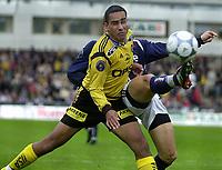 Peter Werni, LSK vinner duell mot Erik Nevland, Vining. Lillestrøm - Viking 4-0, Åråsen stadion.
