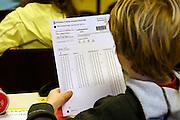 Nederland, Nijmegen, 8-2-2006..Een leerling van groep 8 van een basisschool in Nijmegen maakt de cito toets, citotoets. cito-toets. Vervolgonderwijs, schoolkeuze voortgezet onderwijs, kennisniveau opleiding, school...Foto: Flip Franssen/Hollandse Hoogte