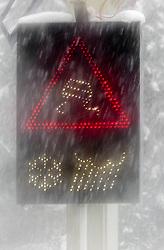 THEMENBILD - ein Verkehrsschild - Unfallgefahr bei Schneefall und Regennässe im dichten Schneetreiben, aufgenommen am 23. September 2015, Felbertauernstrasse, Mittersill, Österreich // a traffic sign in heavy snowfall - Danger of accidents in snow and rain at the Felbertauernstrasse, Mittersill, Austria on 2015/09/23. EXPA Pictures © 2015, PhotoCredit: EXPA/ JFK
