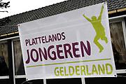Koningin Beatrix woont ter gelegenheid van het 100-jarig bestaan van de vereniging Plattelands Jongeren Gelderland in Toldijk een forum bij over de ontwikkeling van jongeren op het platteland. ////  Queen Beatrix attends the 100th anniversary of the association Rural Youth Gelderland Toldijk with a forum for the development of young people in rural areas.