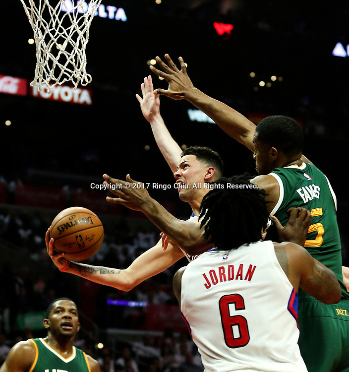 新华社照片,洛杉矶(美国),2017年4月30日<br /> (体育)()篮球——NBA:洛杉矶快船队对阵犹他爵士队<br /> 4月30日。当日,洛杉矶快船队球员奥斯汀 - 里弗斯(左)在比赛中上篮。当日,在2016-2017赛季NBA季后赛首轮第七场比赛中,洛杉矶快船队主场以91比104不敌犹他爵士队,并以总场数3比4无缘晋级第二轮决赛。新华社发 (赵汉荣摄)<br /> (Photo by Ringo Chiu/PHOTOFORMULA.com)<br /> <br /> Usage Notes: This content is intended for editorial use only. For other uses, additional clearances may be required.