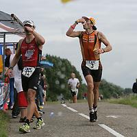 Nederland.Almere Haven.27 augustus 2005.<br /> Tijdens de Holland Triathlon in Almere Haven waren er verschillende waterposten voor de tri-athlon atleten.Sport.Hardlopen.Marathon.Dorst.afkoeling.Spons met water.Conditie.Doorzettingsvermogen.<br /> Participants in the Holland Triathlon 2005.