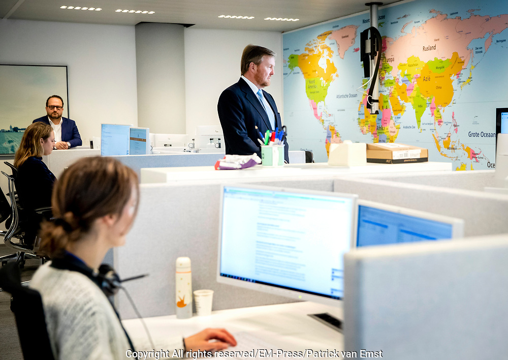 Koning Willem Alexander tijfdens een werkbezoek  aan het ministerie van Buitenlandse Zaken in Den Haag in het kader van hun wereldwijde activiteiten voor crisiscoördinatie vanwege het coronavirus (COVID-19).