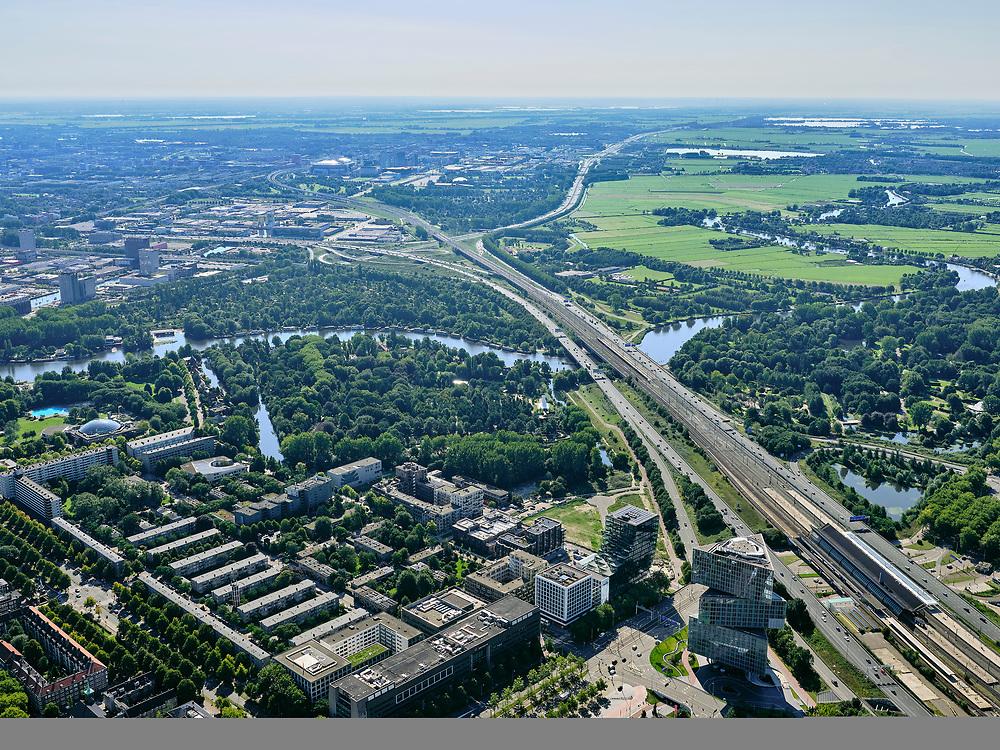 Nederland, Noord-Holland, Amsterdam, 02-09-2020; Amsterdam-Zuid, Zuid-as met ring A10. Rechtsonder Hotel nhow Amsterdam RAI, Europaboulevard. Rivier de Amstel.<br /> Amsterdam-Zuid, Zuidas with ring A10. Bottom right Hotel nhow Amsterdam RAI, Europaboulevard. River Amstel.<br /> luchtfoto (toeslag op standard tarieven);<br /> aerial photo (additional fee required);<br /> copyright foto/photo Siebe Swart