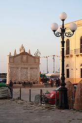 Fontana Greca, appena restaurata, nei pressi della chiesa del Canneto al porto di Gallipoli (LE). A lungo considerata la più antica fontana d'Italia è stata successivamente ridatata e collocata in un epoca più recente. Il suo aspetto consunto è da attribuirsi alla originaria collocazione, in balia delle forze del mare.