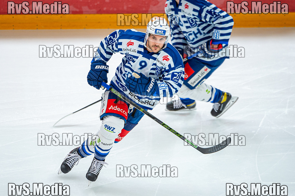 LAUSANNE, SWITZERLAND - OCTOBER 01: Garrett Roe #9 of ZSC Lions warms up prior the Swiss National League game between Lausanne HC and ZSC Lions at Vaudoise Arena on October 1, 2021 in Lausanne, Switzerland. (Photo by Robert Hradil/RvS.Media)