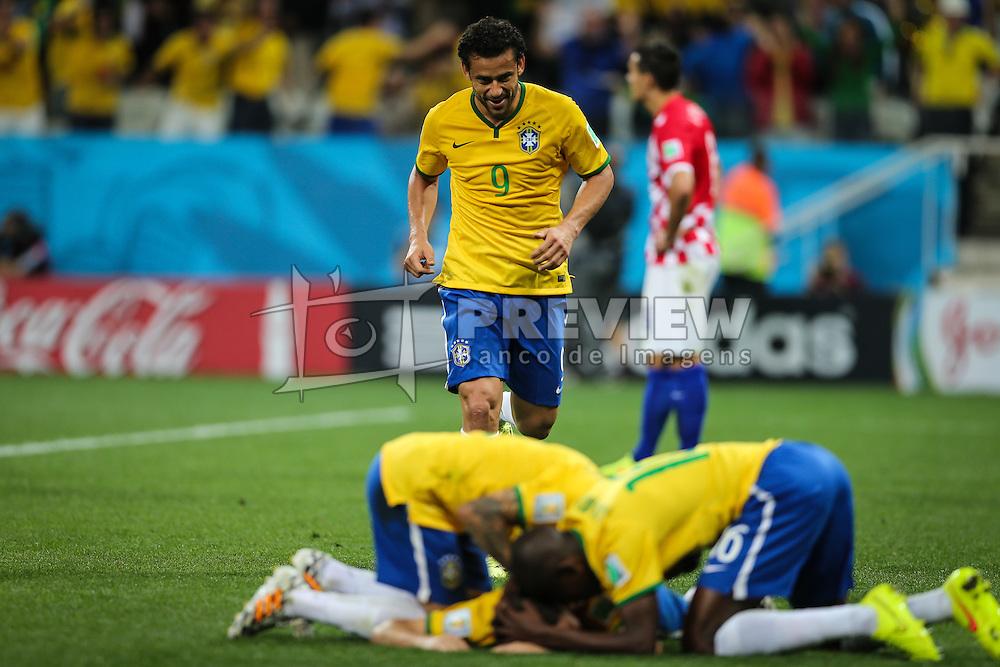 Oscar Emboaba comemora seu gol com seus companheiros na partida contra a Croácia na estréia da Copa do Mundo 2014, na Arena Corinthians, em São Paulo. FOTO: Jefferson Bernardes/ Agência Preview