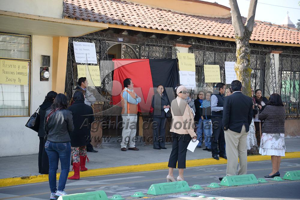 """Toluca, México.- Trabajadores administrativos del Comité Directivo Estatal del PRD se declararon en """"falta colectiva"""" frente a la sede del partido político y protestaron en contra de lo que llamaron """"abusos e irregularidades administrativas"""" por parte del dirigente estatal Juan Hugo de la Rosa. Agencia MVT / Crisanta Espinosa"""