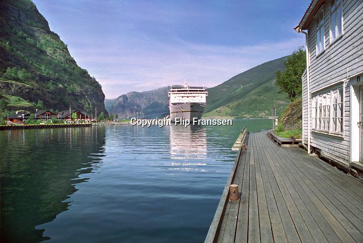 Noorwegen, Eidfjord, 6-8-2003Toeristen gaan even de wal op vanaf een cruise schip wat fjordencruises maakt.Foto: Flip Franssen