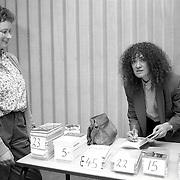 NLD/Huizen/19900322 - Schrijfster Mensje van Keulen geeft een lezing en signeert Stad en Lande Huizen