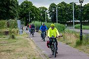 In Naarden-Vesting rijden toeristen op de fiets.<br /> <br /> In Naarden-Vesting tourists ride their bike.