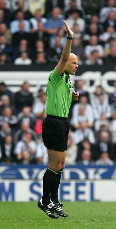 Photo: Andrew Unwin.<br />Newcastle United v West Bromwich Albion. The Barclays Premiership. 22/04/2006.<br />The referee, Howard Webb.
