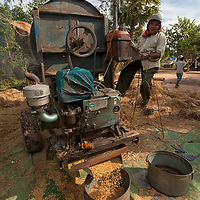 Mab's family rented this rice treshing machine to separate the rice grains from the straws and the husks. While the treshing was continuing, we spreaded the rice grains in the sun to dry.