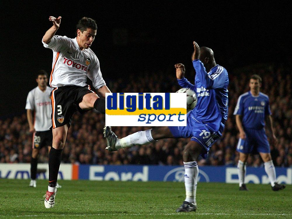 Photo: Paul Thomas.<br /> Chelsea v Valencia. UEFA Champions League. Quarter Final, 1st Leg. 04/04/2007.<br /> <br /> Ex-Chelsea player Asier Del Horno (L) of Valencia shoots.