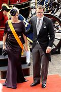 """Aankomst koninklijke familie in de gouden koets bij de Ridderzaal op Prinsjesdag 2012. /// Arrival royal family in the golden coach at the Riddrerzaal on """"Prinsjesdag""""in The Hague<br /> <br /> Op de foto / On the photo:<br />  Prins Constantijn en prinses Laurentien komen aan bij de Ridderzaal"""