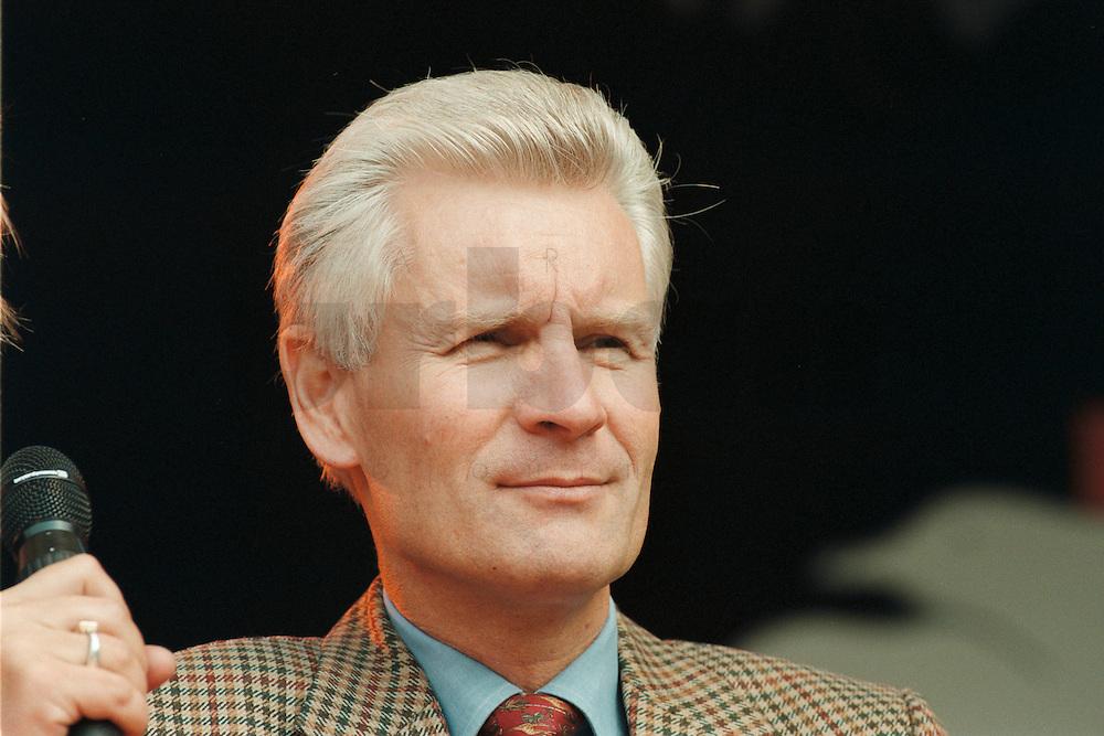 02 SEP 1995, HAMBURG/GERMANY:<br /> Henning Voscherau, SPD, Buergermeister Hamburg, waehrend dem Sommerfest der SPD<br /> IMAGE: 19950902-01/01-06<br /> KEYWORDS: Bürgermeister