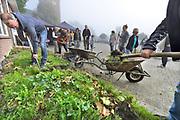 Nederland, Winssen, Deest, 23-9-2017Burendag in de Betuwe. Perkje beplanten bij het dorpshuis in DeestFoto: Flip Franssen