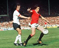Fotball<br /> Manchester United historie<br /> Foto: Colorsport/Digitalsport<br /> NORWAY ONLY<br /> <br /> Bildene inngår ikke i nettavtalene<br /> <br /> STUART PEARSON (MAN UTD) TERRY McDERMOTT (LIV). MANCHESTER UNITED V LIVERPOOL. FA CUP FINAL 1977.