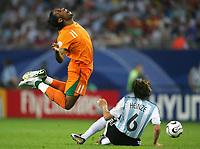 Fotball<br /> VM 2006<br /> Foto: Witters/Digitalsport<br /> NORWAY ONLY<br /> <br /> 10.06.2006<br /> Argentina v Elfenbenskysten<br /> <br /> v.l. Didier Drogba, Gabriel Heinze Argentinien<br /> Fussball WM 2006 Argentinien - Elfenbeinkueste