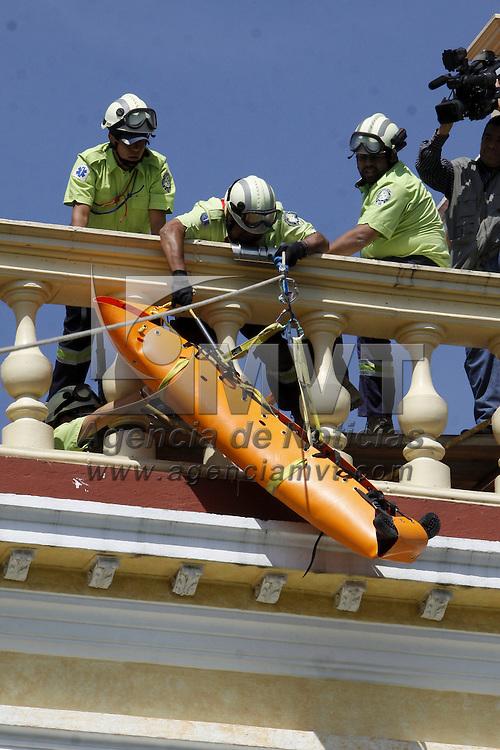 TOLUCA, México.- Elementos del SUEM realizaron un rescate con tirolesa en el edificio de rectoría de la Universidad Autónoma del Estado de México, como parte del simulacro de sismo que se realizo este día. Agencia MVT / Crisanta Espinosa. (DIGITAL)