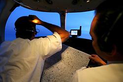 Comandante e co-piloto na cabine da aeronave..  FOTO: Jefferson Bernardes/Preview.com